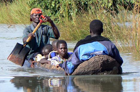 floodlogcanoeliraugandaantonynjugunareuters.jpg